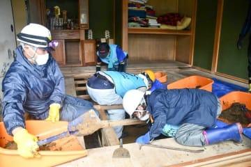 千葉県富津市の被災住宅で行われた床下の泥出し作業(神奈川災害ボランティアネットワーク提供)