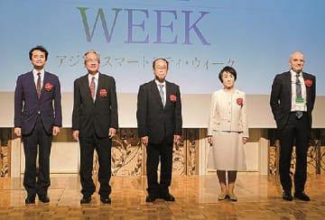 開会式での和泉首相補佐官(中央)と林市長(右から2人目)ら=8日、横浜市のヨコハマグランドインターコンチネンタルで