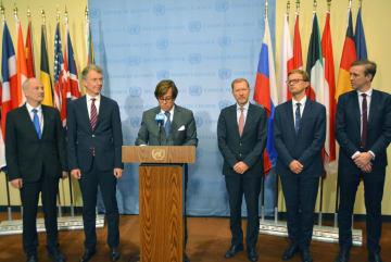 国連安全保障理事会の会合後、北朝鮮を非難する声明を発表する欧州6カ国の国連大使ら=8日、米ニューヨークの国連本部(共同)