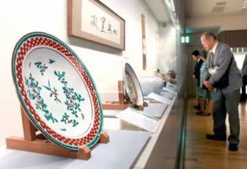 人間国宝・富本憲吉の陶芸作品などが並ぶ特別展=8日、新潟市中央区
