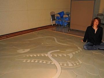 竜を表現したデザインアート畳を披露した山田憲司さん=羽島市福寿町、羽島市民会館