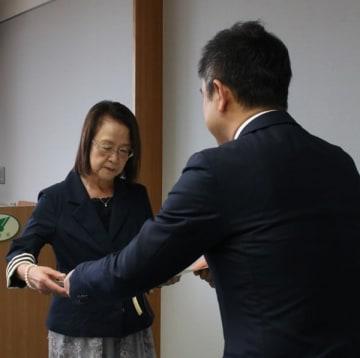 【鈴木知事(右)から感謝状を受け取る都代子さん=三重県庁で】