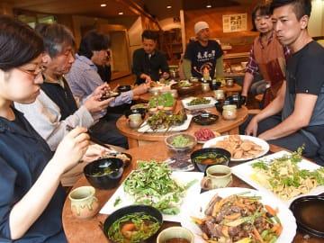 薬草などを使った料理を試食するヤマノカゼ舎のメンバーら=揖斐川町春日美束、森の染織工房アトリエのの