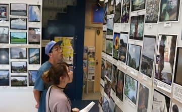 8月9日午前11時2分に撮影されたさまざまな写真が並ぶ会場=長崎市、ナガサキピースミュージアム