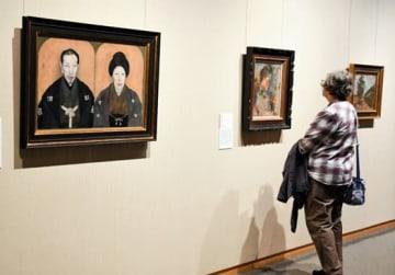 後期展示が始まり、関根の絵画に足を止めて見入る来場者