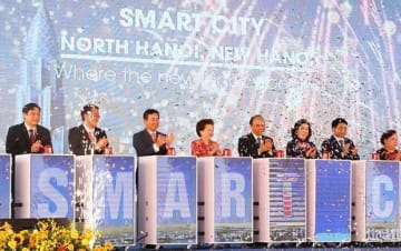 A ceremony is held in Hanoi on Oct. 6 to launch development of a smart city by Sumitomo Corp., attended by Sumitomo President Masayuki Hyodo (3rd from L), BRG Chairwoman Nguyen Thi Nga (4th from L), Vietnamese Prime Minister Nguyen Xuan Phuc (5th fro