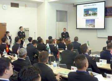 西太平洋各国の海軍若手士官を招き開かれた交流事業で、説明を聞く各国士官ら=9日午前、東京都目黒区の海自幹部学校