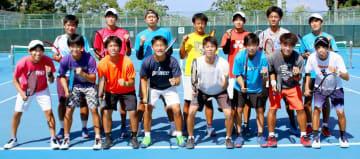 全日本大学対抗テニス王座決定試合に中四国代表として18年連続で出場する松山大テニス部男子=5日、県総合運動公園テニスコート