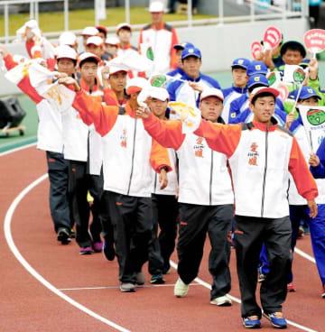 閉会式で入場する愛媛県の選手ら=笠松運動公園陸上競技場