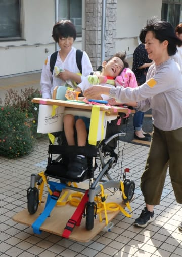 電動移動機器を楽しむ子ども=諫早市、有喜ふれあい広場