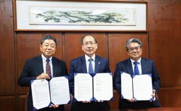 調印式に臨む富士通クラウドテクノロジーズの愛川義政社長(左)ら=7日(富士通クラウドテクノロジーズ提供)