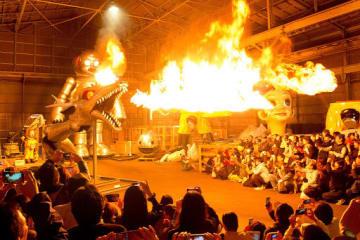 MASKで展示され、火を噴くヤノベケンジさんの作品