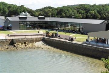 前島に完成した観光交流活性化施設「ミオ・カミーノ天草」=上天草市