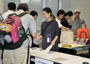手荷物を預けたり、身分証明書などを提示したりする「表現の不自由展・その後」の入場者=9日午前、名古屋市