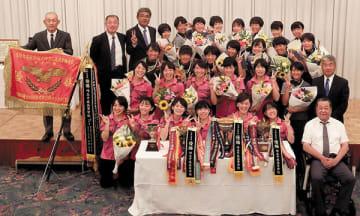 インターハイ優勝を飾った埼玉平成高・女子ソフトテニス部員と学校関係者ら=坂戸市の坂戸グランドホテル