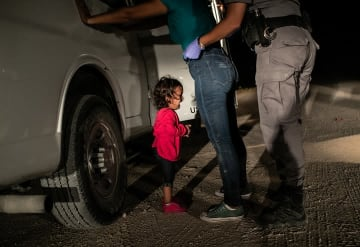 世界報道写真大賞 スポットニュースの部 単写真1位 ジョン・ムーア(米国、ゲッティイメージズ) 2018年 6 月12日、メキシコとの国境沿いにある米国テキサス州マッカレンで、ホンジュラスからともに来た母親のサンドラ・サンチェスが国境監視員の取り調べを受けている間、泣き叫ぶヤネラ