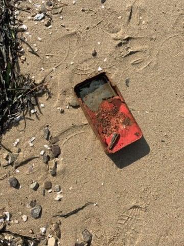 海岸近くで見つかったタイムカプセル…持ち主を探している/小豆島とのしょう観光協会(@angelroad7)提供