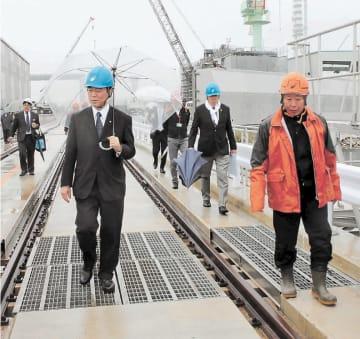 木戸浦社長(右端)からシップリフト施設の説明を受ける村井知事