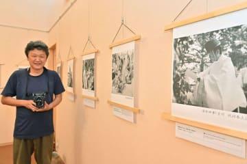 二眼レフカメラで撮影した作品を展示している山下義朗さん(和歌山県田辺市本宮町で)