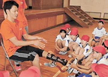 スポーツ用の義足について説明する大島選手
