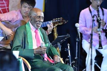 コンサートで、自作のサンバを歌い上げるネルソンさん =7日、横浜にぎわい座
