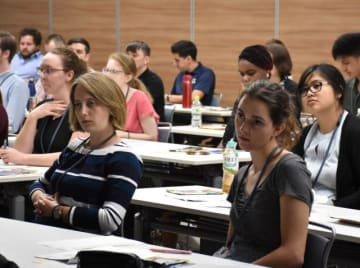 「JET地域国際塾」で基調講演に聞き入った参加者ら