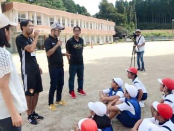 児童にデフサッカーを紹介する中山剛監督(左から2人目)=日置市東市来の上市来小学校