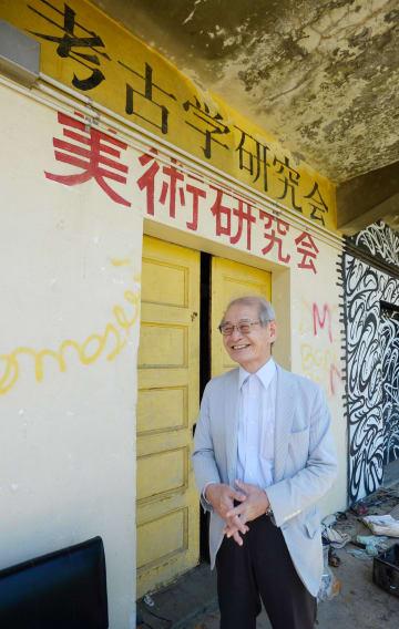 かつて所属した考古学研究会の前で笑顔を見せる吉野彰さん(2018年9月、京都市左京区・京都大)
