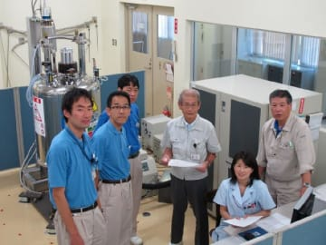 旭化成名誉フェローの吉野彰さん(右から3人目)と研究メンバー=2011年(旭化成広報室提供)