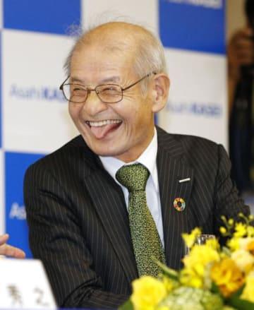ノーベル化学賞の受賞が決まり、安倍首相の祝電を受けておどける吉野彰さん=9日夜、東京都千代田区