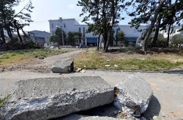 護岸が損壊して大量の海水が流れ込んだ工場団地=9月11日午後0時10分ごろ、横浜市金沢区