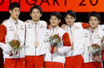 男子団体総合で銅メダルを獲得した(左から)橋本大輝、萱和磨、谷川翔、谷川航、神本雄也=シュツットガルト(共同)