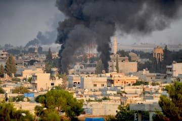 9日、シリア北東部ラス・アルアインから上がる黒い煙(ゲッティ=共同)