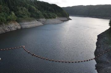 水位が低下している世増ダム。岩肌が露出している=9日、八戸市南郷