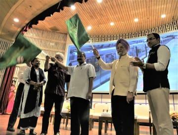 4日、開通式典に出席するプリ住宅・都市担当国務相(右から2人目)とデリー準州のケジュリワル首相(右から3人目)ら=JICA提供