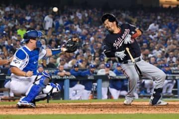 7回に死球を受けたナショナルズのカート・スズキ(右)【写真:Getty Images】