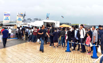 佐世保の自衛隊カレーを買い求める長い行列=横浜市中区(させぼっくす99提供)