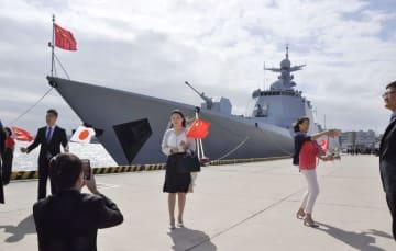 横須賀港に来港した中国海軍のミサイル駆逐艦「太原」=10日、神奈川県横須賀市