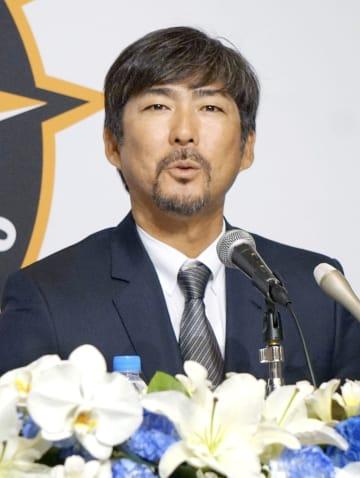 就任の記者会見をする、日本ハムの小笠原道大新ヘッド兼打撃コーチ=10日、札幌市内のホテル
