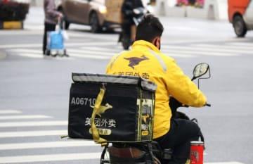 A Meituan employee on his bike in Shanghai on March 23, 2019. (Image credit: TechNode/Shi Jiayi)