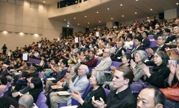「山形国際ドキュメンタリー映画祭」の開会式に集まった観客=10日午後、山形市