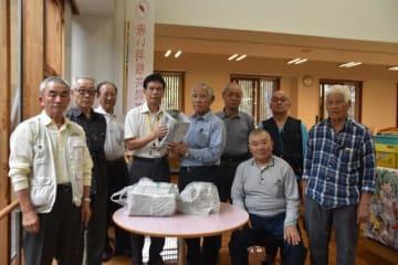 新聞紙で作ったちりかごの寄贈を続ける「ひまわり会」の会員ら