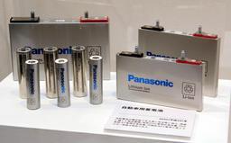 パナソニックが生産する車載用リチウムイオン電池=3月、大阪府門真市