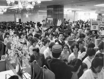 開店日に客でごった返す徳島そごう=1983年10月1日