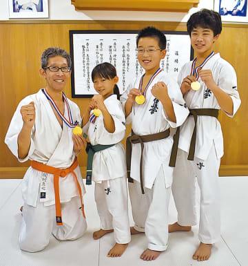 左から岡村さん親子と森さん、岩崎さん