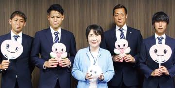 区役所を訪れた南選手(中央右)ら選手と松山区長(中央)