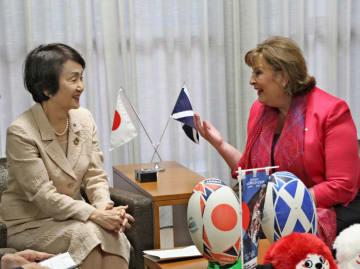 これまでの連携を振り返るヒスロップ大臣(右)と林市長=横浜市役所