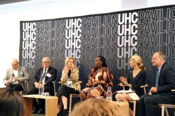 (左から)MCを務めたデベックス社長のラージ・クマール氏、WHO親善大使の武見敬三氏、米国の外交官兼グローバルエイズコーディネーターであるデボラ・バークス氏、ルワンダで小児科医や医療管理者、保険大臣を務めるダイアン・ガスンバ氏、シード・グローバルヘルスの創設者であるバネッサ・ケリー氏、WHOのUHCエグゼクティブディレクターのピーター・サラマ氏=9月24日、ニューヨーク(撮影:中沢)