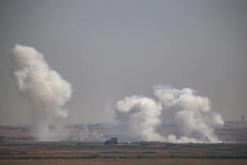 トルコ軍のシリア北部テルアビヤドへの地上作戦で立ち上る煙=10日(アナトリア通信提供・ゲッティ=共同)