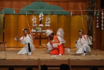 国立能楽堂で披露された銀鏡神楽=10日午後、東京都渋谷区